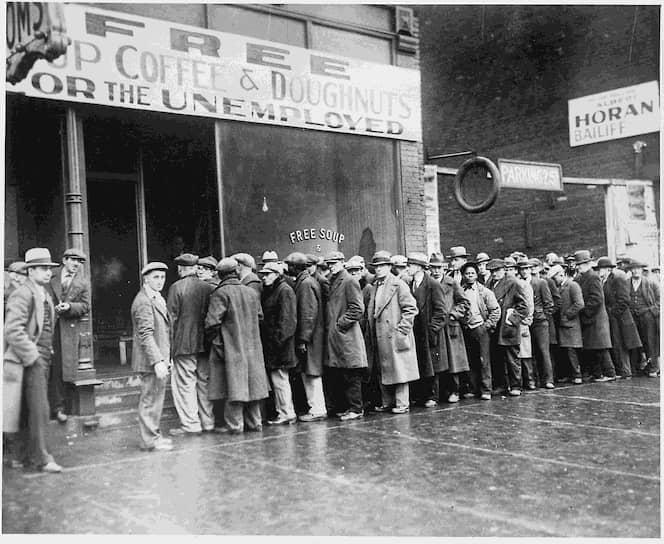 За «черным четвергом» последовали «черный понедельник» и «черный вторник», когда биржа потеряла более $14 млрд (примерно $500 млрд по сегодняшнему курсу). Эта сумма превышала годовой федеральный бюджет в 10 раз <br>На фото: витрина магазина с вывеской «Бесплатный суп, кофе и пончики для безработных»