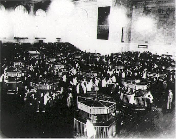 Причины Великой депрессии до сих пор точно не определены. Среди самых популярных — нехватка денежной массы, денежная политика Федеральной резервной системы (ФРС), очередной кризис перепроизводства, стремительный прирост населения, принятие Закона Смута-Хоули в 1930 году, вводившим высокие таможенные пошлины на импортные товары, Первая мировая война, маржинальные займы <br>На фото: Нью-Йоркская фондовая биржа сразу после обвала акций