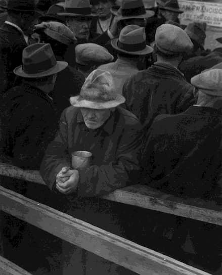 Удивительно, но именно в период Великой депрессии были достроены Эмпайр-стейт-билдинг и мост «Золотые Ворота», что обеспечило заработком многих безработных <br>На фото: очередь за супом