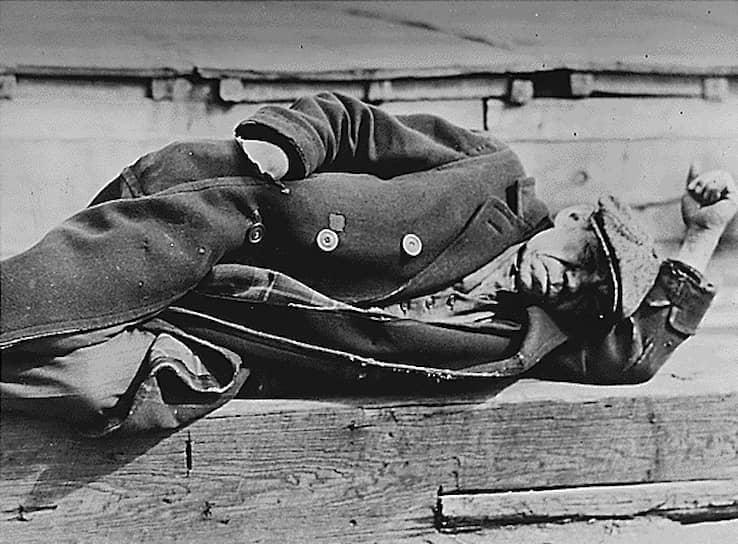 Именно во время Великой депрессии мафиози Аль Капоне набрал популярность в мире простых людей. В начале 1930-х годов он открыл бесплатную столовую. Так как людям просто нечего было есть, они не заботились о том, что едят из рук бандита <br>На фото: мужчина лежит на пирсе в Нью-Йорке