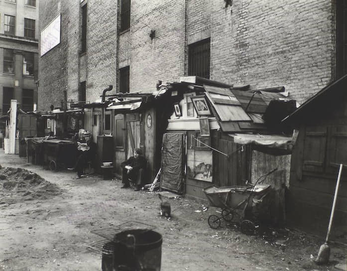Во время депрессии многие лишились своих домов, работы, хозяйства. Увеличилось количество тех, кто жил прямо на улицах. Построенные ими домики-времянки называли Гувервилями. В ходу были также гуверовская похлебка, гуверовское одеяло, гуверовские свиньи и так далее, в чем выражалась ненависть к своему президенту <br>На фото: безработные возле своих хижин на Манхэттене (Нью-Йорк)
