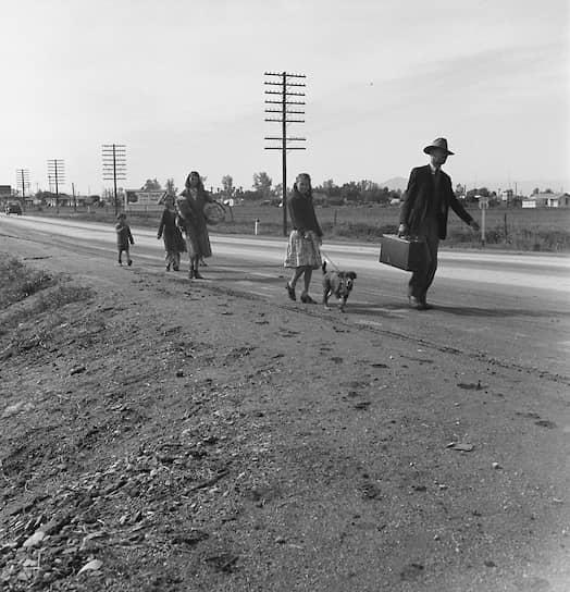 Великая депрессия закончилась только с началом Второй мировой войны. Она оставила значительный отпечаток в культуре, стала темой произведений многих писателей («Гроздья гнева» Джона Стейнбека) и режиссеров («Бонни и Клайд», «Джонни Д.», «Однажды в Америке») <br>На фото: бездомная семья из штата Аризона направляется в Калифорнию, где надеется начать получать социальное пособие