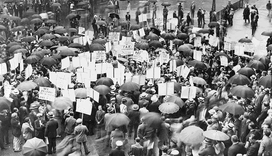 Люди прятались от депрессии в кинотетарах. В этот период в кино ходили 65% американцев. Еженедельно на просмотры собирались почти 80 млн человек. Самыми популярными фильмами были «Унесенные ветром», «Волшебник страны Оз» и «Кинг-Конг» <br>На фото: толпы протестующих людей в Нью-Йорке