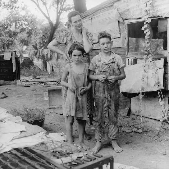 По данным статистики тех лет, примерно 50% детей в период депрессии не получали достаточно еды, медицинской помощи или были лишены дома. Многие страдали рахитом <br>На фото: жительница штата Оклахома со своими детьми