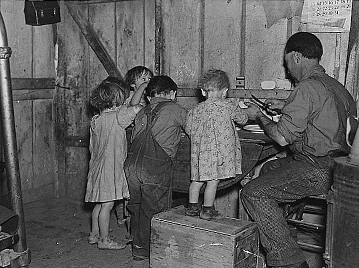 За время Великой депрессии рождаемость снизилась на 30% <br>На фото: рождественский ужин в штате Айова