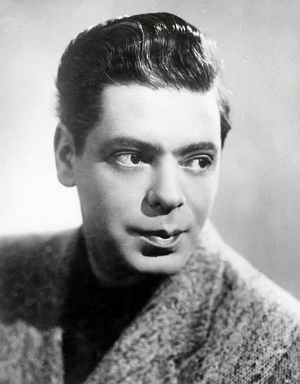 Райкин играл в театре, а в 1938 году состоялся его дебют в кино в фильмах «Огненные годы» и «Доктор Калюжный». Тогда же он попробовал себя на эстраде, стал конферансье. В ноябре 1939 года Аркадий Райкин стал лауреатом 1-го Всесоюзного конкурса артистов эстрады, выступив с номерами «Чаплин» и «Мишка», получив признание публики