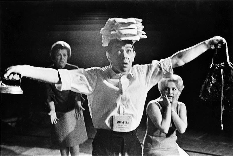 В 1939 году Аркадий Райкин был принят в труппу Ленинградского театра эстрады и миниатюр. Он недолго оставался на вторых ролях — уже спустя три года, в 1942 году, он стал художественным руководителем театра