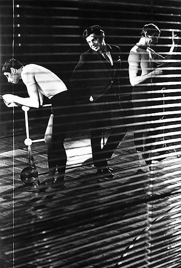 Несмотря на популярность, Райкин мало снимался в кино, зато был известен как эстрадный артист. По телевидению и радио транслировали его театральные программы  «На чашку чая», «Не проходите мимо», «Откровенно говоря». Кроме того, Аркадий Райкин зарекомендовал себя как мастер перевоплощений. Во время представлений он переодевался, менял маски и представлял публике новых героев с разными характерами