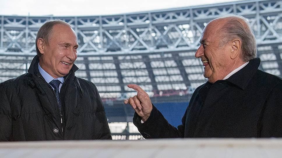 Президент России Владимир Путин (слева) и президент Международной федерации футбола (FIFA) Йозеф Блаттер