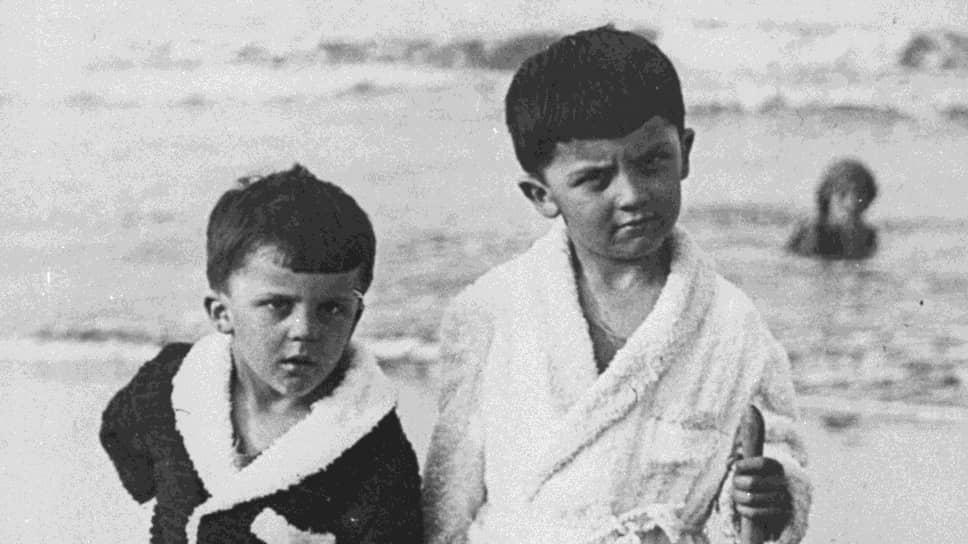 Федерико Феллини (на фото справа) родился 20 января 1920 года в итальянском Римини в бедной семье. Федерико рос болезненным ребенком, часто страдал от головокружений и обмороков. Врачи даже ошибочно поставили диагноз «сердечная недостаточность». Однако позже оказалось, что мальчик лишь притворялся больным, потому что ему нравилась забота родителейНа фото: Федерико Феллини с братом Рикардо