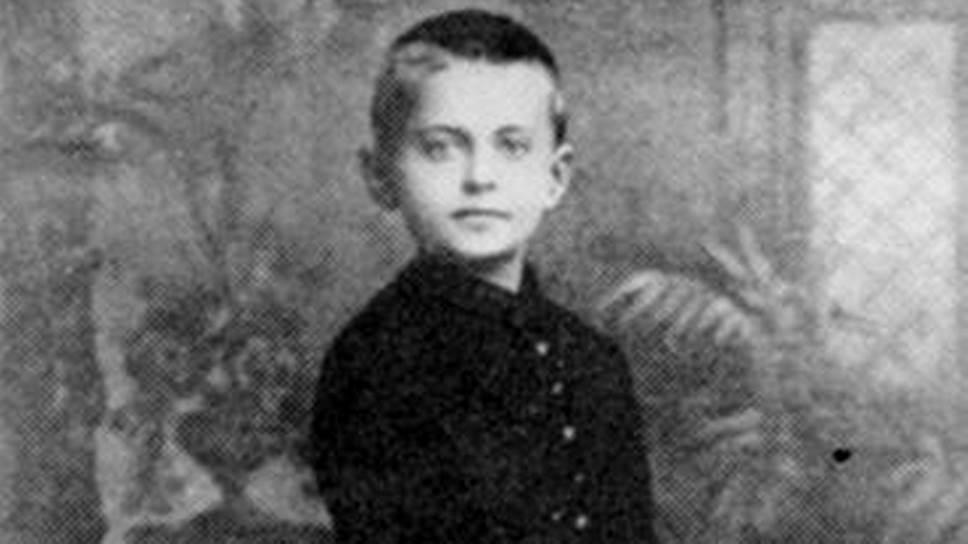 Лев Троцкий (настоящее имя Лейба Бронштейн) родился 7 ноября 1879 года в семье богатых земледельцев-арендаторов. В 1889 году родители отправили его учиться в Одессу, к двоюродному брату, владельцу типографии и научного издательства Моисею Шницеру. Троцкий был первым учеником в школе, а революционную пропаганду начал вести уже в 17 лет, вступив в революционный кружок в Николаеве. 28 января 1898 года он был впервые арестован и провел в тюрьме два года, именно тогда приобщившись к идеям марксизма