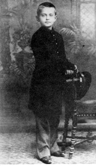 Лев Троцкий (настоящее имя Лейба Бронштейн) родился 7 ноября 1879 года в Херсонской губернии в семье богатых земледельцев-арендаторов. В 1889 году родители отправили его учиться в Одессу. Троцкий был первым учеником в школе, а революционную пропаганду начал вести уже в 17 лет, вступив в революционный кружок в Николаеве. 28 января 1898 года он был впервые арестован и провел в тюрьме два года