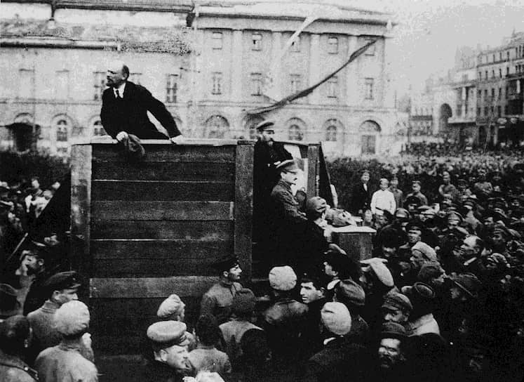 Раскол между меньшевиками и большевиками назревал, поддерживаемый Лениным (на фото), который в 1912 году на Пражской конференции РСДРП объявил о выделении фракции большевиков в самостоятельную партию. Троцкий продолжал выступать за объединение партии, организовав «Августовский блок», который большевики проигнорировали. Это охладило стремлением Троцкого к перемирию, он отошел в сторону. В то время в Вене он выпускал газету «Правда», которая закончила свое существование после появления большевистской газеты с таким же названием, за что Троцкий даже назвал Ленина «паразитом». Во время Первой мировой войны он заявлял о своих пацифистских взглядах, за что в 1916 году был выслан из Франции. Так как в Европе его отказались принимать как «опасного анархиста», Троцкий был отправлен в Нью-Йорк. Город произвел на него огромное впечатление, а США он назвал «кузницей, где будет выковываться судьба человечества»
