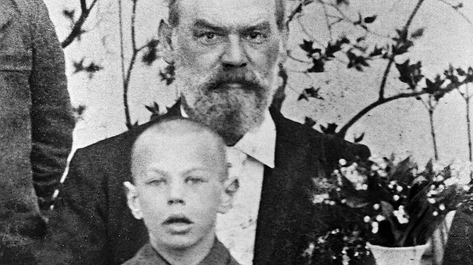 «Семья моего отца является семьей потомственных интеллигентов и в то же время семьей со старыми революционными традициями. И мой родной дед, и оба моих двоюродных деда, в особенности Фридрих Адольф Зорге, были активными революционерами накануне, во время и после революции 1848 года»  Рихард Зорге родился 4 октября 1895 года в семье немецкого инженера-нефтедобытчика. Его дед был секретарем Карла Маркса. Семья, хоть и была многодетной, но не испытывала финансовых трудностей. В 1898 году они переехали в Германию На фото: 8-летний Рихард Зорге с отцом
