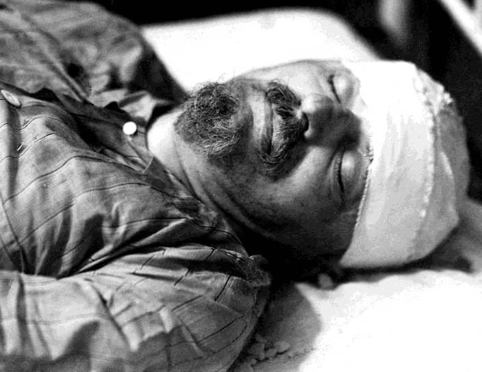 Из завещания Льва Троцкого: «Мне незачем здесь еще раз опровергать глупую и подлую клевету Сталина и его агентуры: на моей революционной чести нет ни одного пятна. Ни прямо, ни косвенно я никогда не входил ни в какие закулисные соглашения или хотя бы переговоры с врагами рабочего класса. Тысячи противников Сталина погибли жертвами подобных же ложных обвинений. Сорок три года своей сознательной жизни я оставался революционером, из них сорок два я боролся под знаменем марксизма. Если бы мне пришлось начать сначала, я постарался бы, разумеется, избежать тех или других ошибок, но общее направление моей жизни осталось бы неизменным»