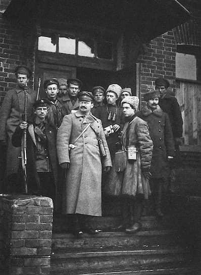 В 1904 году между большевиками и меньшевиками начались серьезные разногласия. К тому времени Троцкий зарекомендовал себя как последователь «перманентной революции», отошел от меньшевиков и женился на Наталье Седовой (брак не был зарегистрирован, но вместе супруги прожили до смерти Троцкого). В 1905 году они вместе нелегально вернулись в Россию, где Троцкий стал одним из создателей Петербургского совета рабочих депутатов. 3 декабря он был арестован и в рамках громкого судебного процесса осужден на вечную ссылку в Сибирь с лишением всех гражданских прав, но бежал по пути в Салехард