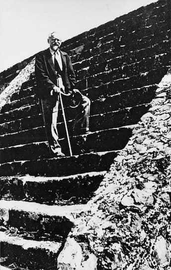 В 1922 году генеральным секретарем партии большевиков был избран Иосиф Сталин, во взглядах с которым Троцкий постоянно расходился. Кроме того, Сталина поддерживали Зиновьев и Каменев, которые считали, что возвышение Троцкого грозит антисемитскими нападками на советский режим, осуждали его за «фракционность». В 1924 году умер Ленин. Троцкого не было в Москве, что Сталин использовал для того, чтобы упрочить свои позиции. В 1926 году Троцкий объединился с Зиновьевым и Каменевым, против которых начал выступать Сталин, что, однако, не помогло ему. Троцкий был исключен из партии и насильно депортирован в Алма-Ату, а затем в Турцию, где он опубликовал автобиографию «Моя жизнь» и «Историю русской революции». Приход Гитлера к власти в 1933 году в Германии Троцкий расценил как крупнейшее поражение международного рабочего движения. Он заключил, что Коминтерн оказался недееспособным из-за открыто контрреволюционной политики Сталина, и призвал к образованию 4-го Интернационала