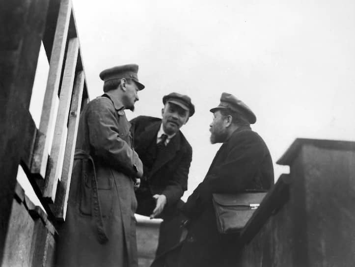 Пока Ленин находился в Финляндии, Троцкий фактически стал лидером большевиков. В сентябре 1917 года он возглавил Петроградский совет рабочих и солдатских депутатов, а также  стал делегатом II Съезда Советов и Учредительного собрания. В октябре был сформирован ВРК (военно-революционный комитет), состоявший преимущественно из большевиков. Он занимался вооруженной подготовкой революции, уже 16 октября красногвардейцы получили пять тысяч винтовок, среди колеблющихся солдат проводились митинги, на которых снова проявился блестящий ораторский талант Троцкого. Фактически он был одним из главных руководителей Октябрьской революции <br>На фото: (слева направо) Лев Троцкий, Владимир Ленин и Лев Каменев