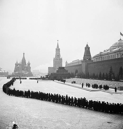 1953 год. Открылся доступ в мавзолей Ленина—Сталина. Однако уже через 8 лет, в 1961 году, тело Сталина было вынесено из Мавзолея и погребено в могиле у Кремлевской стены, а на мавзолей была возвращена плита с именем Ленина