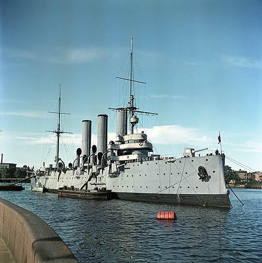 1948 год. Крейсер «Аврора» стал на вечную стоянку у Петроградской набережной на Большой Невке. На борту судна был открыт филиал Центрального военно-морского музея.В настоящее время «Аврора» включена в число памятников, охраняемых государством