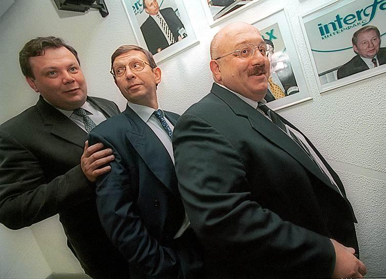 """«Для нас приватизация была манной небесной. Она означала, что мы можем скупить у государства на выгодных условиях то, что захотим. И мы приобрели жирный кусок из промышленных мощностей России. Захватить """"Уралмаш"""" оказалось легче, чем склад в Москве. Мы купили этот завод за тысячную долю его действительной стоимости» <br>В 1996 году Каха Бендукидзе создал холдинг «Объединенные машиностроительные заводы» (ОМЗ) — на данный момент один из крупнейших в России в области тяжелого машиностроения, образованный в результате слияния ведущих машиностроительных производств своего времени: «Уралмаша», Ижорских заводов и «Красного Сормово». С момента создания ОМЗ до начала 2004 года Бендукидзе был его председателем совета директоров и генеральным директором <br>На фото (слева направо): председатель совета директоров «Альфа-банка» Михаил Фридман, президент АФК «Система» Владимир Евтушенков и генеральный директор ОАО «Уральские машиностроительные заводы» Каха Бендукидзе (2000 год)"""