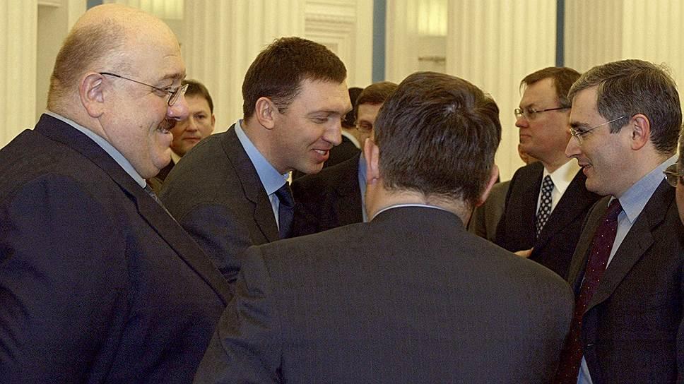 «А если серьезно, то рано или поздно в Грузии произойдет смена власти. И кроме самых радикальных вариантов, о которых не хотелось бы даже думать, я буду здесь и буду продолжать заниматься тем, чем занимался до сих пор. А именно: развеивать вредные мифы о том, как устроена экономика, и бороться за то, чтобы она была устроена правильно» <br>В 2009 году Каха Бендукидзе ушел с поста главы администрации правительства Грузии. Противники обвиняли Бендукидзе в лоббировании интересов Москвы в экономических вопросах, сам политик — нередко в резкой форме — опровергал эти нападки. В итоге Каха Бендукидзе заявил о готовности консультировать правительство в случае необходимости и отказался стать советником нового премьер-министра Ники Гилаури <br>На фото (слева направо): гендиректор ОАО «Уральские машиностроительные заводы» Каха Бендукидзе, президент группы компаний «Сибирский Алюминий» Олег Дерипаска и председатель правления НК ЮКОС Михаил Ходорковский (2003 год)