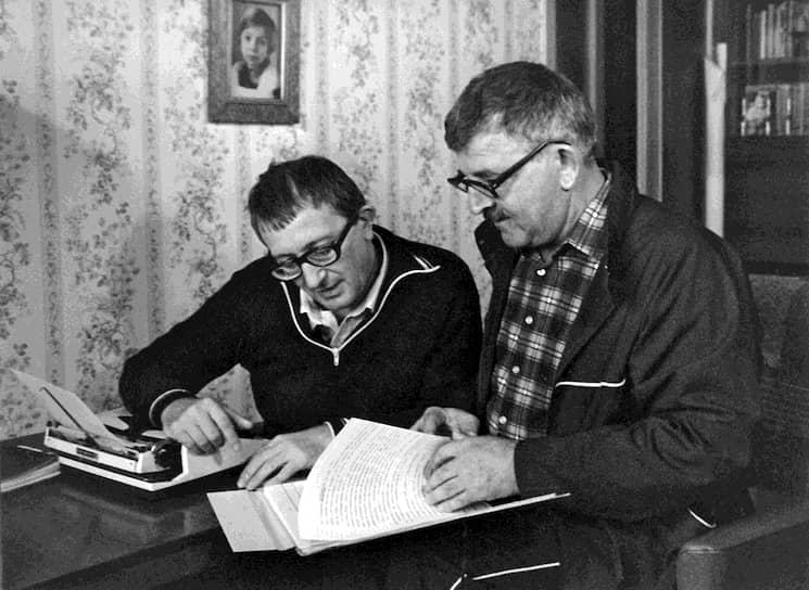 Творческий тандем братьев Стругацких сложился далеко не сразу. Аркадий (на фото — справа), старший из братьев, мечтал стать астрономом, однако окончил Военный институт иностранных языков, где в совершенстве овладел английским и японским. Писать фантастическую прозу он начал еще в начале 1940-х, а к середине 1950-х уже стал опытным литератором, работая редактором в Гослитиздате