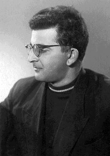 Первый законченный сохранившийся рассказ Аркадия Стругацкого — «Как погиб Канг» — датируется 1946 годом, однако опубликован он был только в 2001-м. Первая публикация писателя в советский период — повесть «Пепел Бикини» в соавторстве с фантастом Львом Петровым — вышла в 1956 году