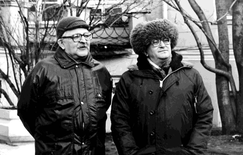 Последний совместный роман «Отягощенные злом» братья написали в 1988 году, тогда же были изданы книги, не прошедшие ранее советскую цензуру. После смерти Аркадия Стругацкого (на фото — слева) в 1991 году от рака печени Борис, по его собственному определению, продолжил «пилить толстое бревно литературы двуручной пилой, но без напарника»