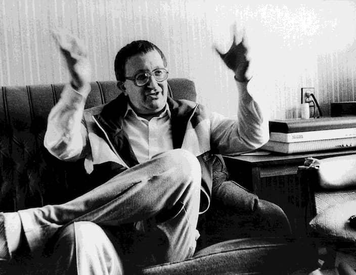 Борис Стругацкий: «Мы жили в разных городах, но жили абсолютно одной и той же жизнью. Во всяком случае, очень похожей. Конечно, у нас были разные друзья. Аркадий работал редактором, я — астрономом. Но у нас была общая история, страна, общие события, съезды КПСС, полемики и литературные скандалы. Общие разговоры, споры, которыми занималась вообще вся интеллигенция этого времени»