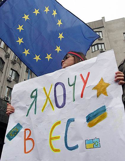 22-23 ноября. Митинги сторонников евроинтеграции собрались по всей Украине. В Киеве митингующие, несмотря на судебный запрет, установили возле монумента Независимости пять туристических палаток, которые позже разобрали бойцы спецподразделения «Беркут»