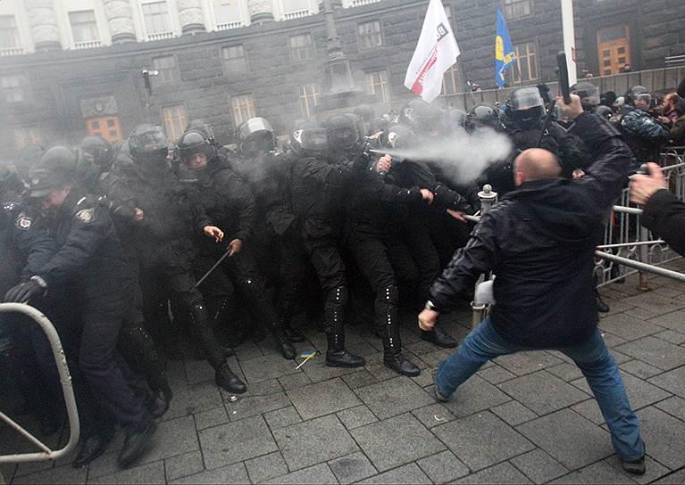 24 ноября. В Киеве марш за евроинтеграцию закончился митингом на Европейской площади. Впервые прошли столкновения протестующих с бойцами «Беркута», применялся слезоточивый газ. Оппозиция заявила, что продолжит протесты