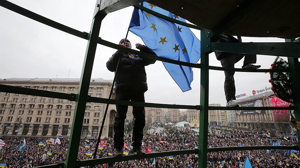 1 декабря. На улицы снова вышли демонстранты, которые требовали уже не евроинтеграции, а отставки президента. На Майдане прошел митинг, на который, по оценкам организаторов, пришли 800 тыс. участников, в том числе подкрепление из Львова — 10 тыс. «революционеров», настроенных на борьбу с «донецкой бандой, захватившей Украину». Митингующие прошли шествием до майдана Незалежности, где снесли ограждения вокруг новогодней елки