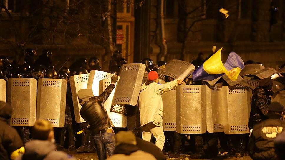 1 декабря. Группа молодых людей пыталась штурмовать здание администрации президента Украины. Для этого в центр пригнали бульдозер