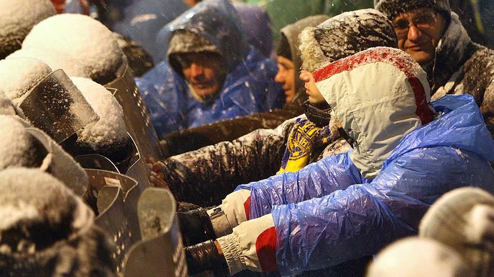 9 декабря. Началась подготовка к штурму Майдана. Солдаты внутренних войск и бойцы «Беркута» окружили блокпосты оппозиции в правительственном квартале, после чего начали вытеснять митингующих с прилегающих улиц. Работники коммунальных служб разобрали баррикады. В столкновениях пострадали десять активистов и два сотрудника правоохранительных органов