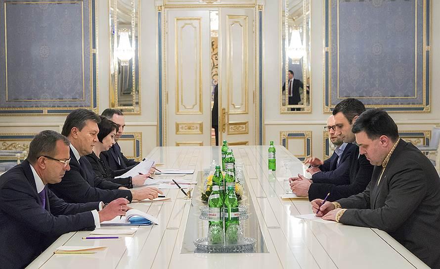 Переговоры в ночь с 23 на 24 января между президентом Украины Виктором Януковичем и лидерами оппозиции ни к чему не привели. Власти отклонили большинство требований, а предложенные ими в ответ условия не принял Майдан. Протестующие возвели новые баррикады в правительственном квартале