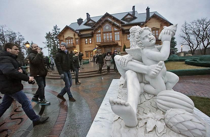 22 февраля. Активисты взяли под контроль оставленную Виктором Януковичем президентскую резиденцию «Межигорье» в 20 км от Киева, открыв ее для посещения всех желающих. Сам президент улетел в Донецк