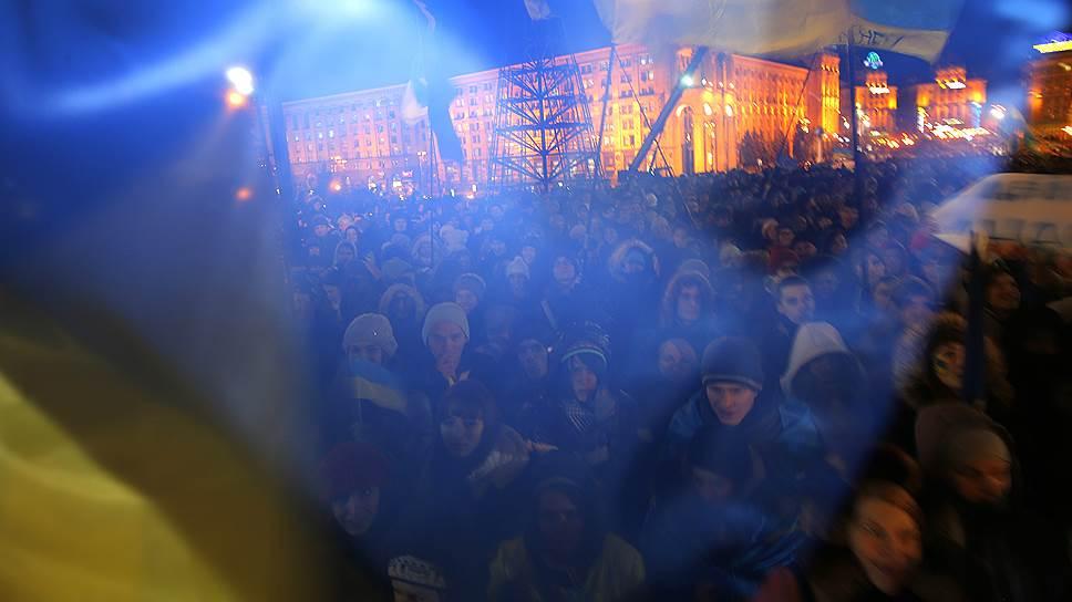 27 ноября. В Киеве около 3 тыс. манифестантов прошли по проезжей части Крещатика на Майдан