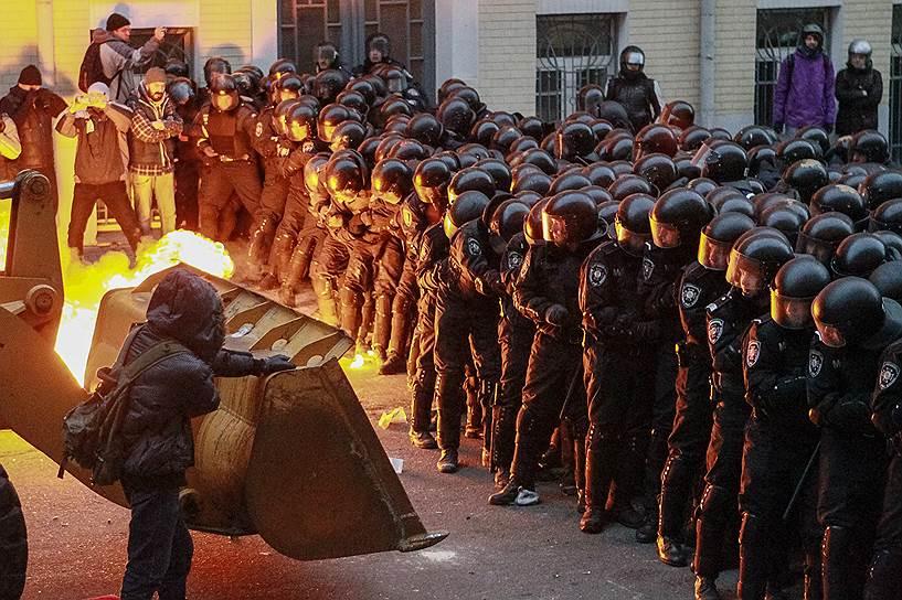 1 декабря. Противостояние между протестующими и бойцами «Беркута» продолжилось