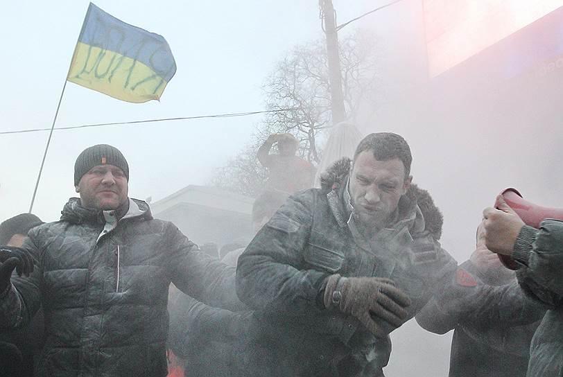 Единственным из лидеров Майдана в эпицентре оказывается лидер партии УДАР Виталий Кличко, который пытался остановить беспорядки, но радикальная часть протестующих встретила Кличко нецензурной речевкой футбольных фанатов и залила пеной из огнетушителя
