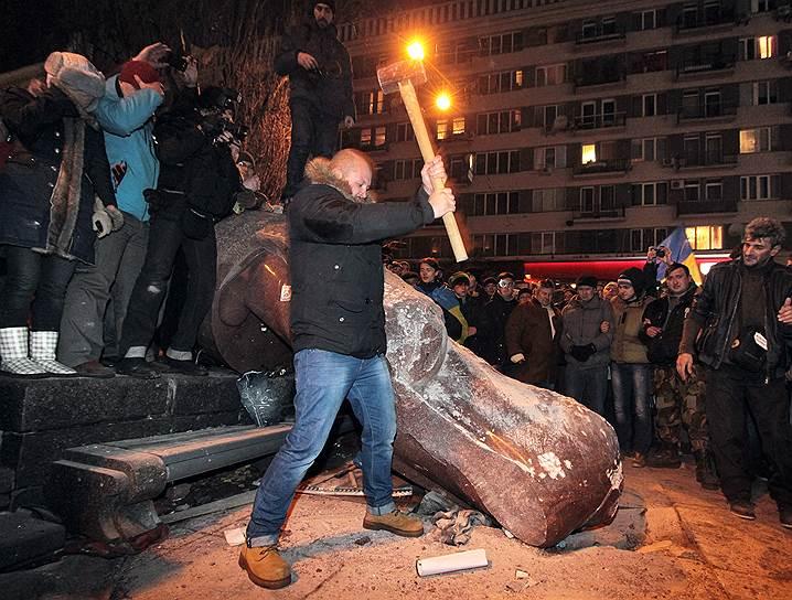 8 декабря.  В Киеве прошло «Народное вече», в котором участвовали, по разным оценкам, от 100 тыс. до 1 млн человек. Они требовали отставки президента и правительства Украины. Тем временем демонстранты под красно-черными флагами снесли установленный на Бессарабской площади памятник Ленину и разбили его