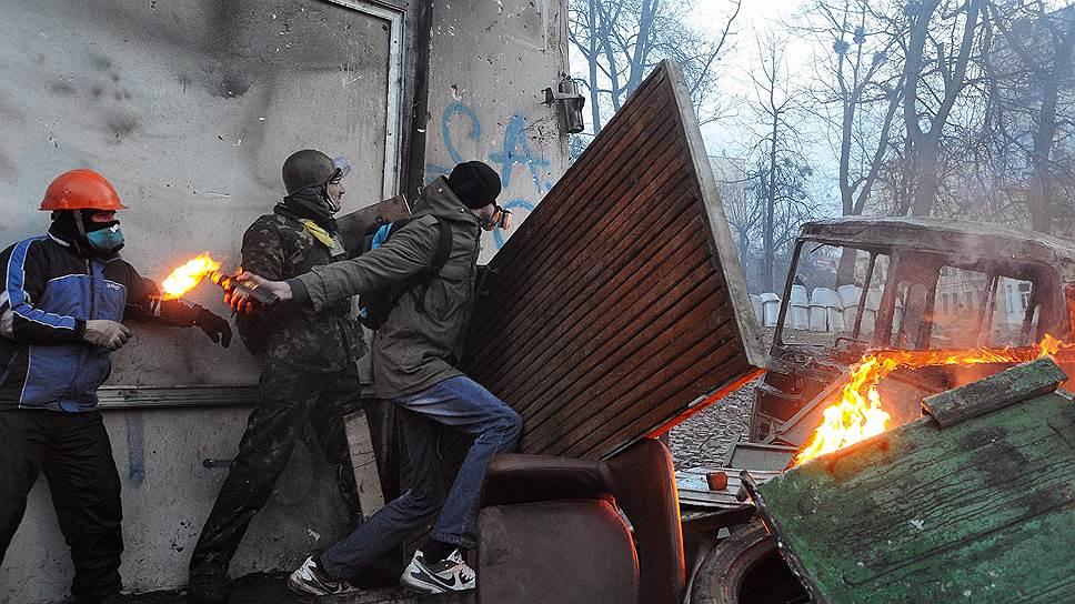 20 января. Начались самые крупные за время независимости Украины беспорядки. Вышедшее из-под контроля лидеров оппозиции новое ультранационалистическое объединение (запрещенная в России организация) «Правый сектор» призвало к «национальной революции», а его активисты вступили в жесткие столкновения с силами правопорядка, объяснив свои действия необходимостью «противостоять диктатуре»