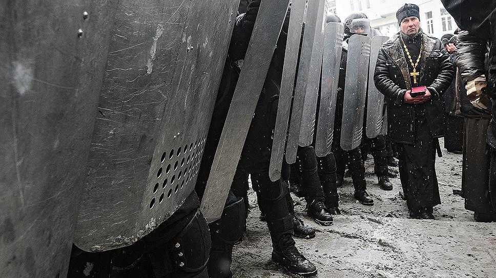 22 января. Остановить насилие пытались несколько священников, вставших между баррикадами и стражами правопорядка. Однако действия священнослужителей не помогли. В этот день стало известно о первых жертвах