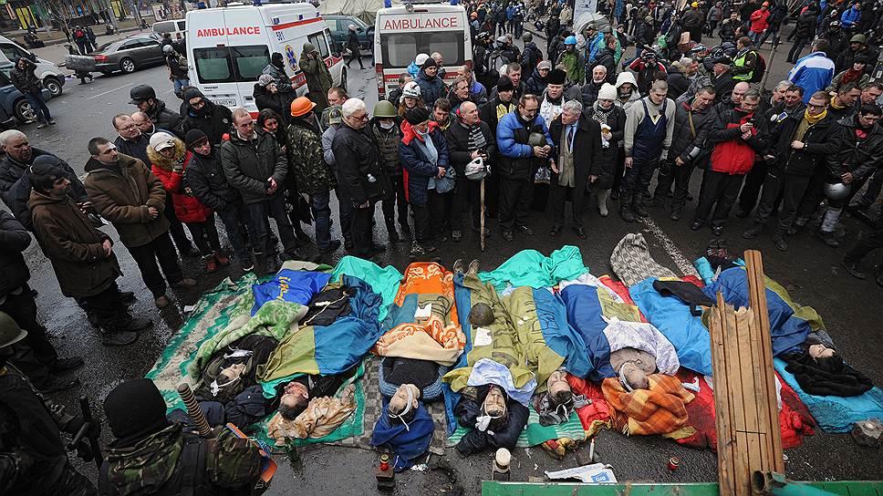 К исходу первого дня ожесточенного противостояния цифра погибших дошла до 25 человек, в их число вошли семь милиционеров и журналист газеты «Вести»