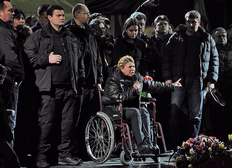 22 февраля. Освобожденная Юлия Тимошенко выступила на Майдане: «Я буду гарантом того, что вас больше никто не предаст». Майдану, говорят люди на площади, гаранты не нужны, он сам готов добиться того, чего хочет