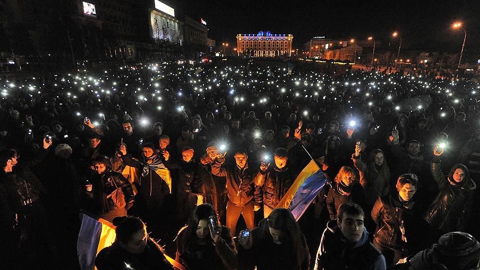 22 февраля. На Украине объявлен двухдневный траур по погибшим во время столкновений. На Майдане продолжили прощаться с погибшими в результате недавних столкновений