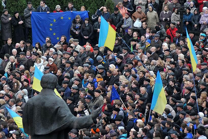 24 ноября. Около 10 тыс. сторонников евроинтеграции собрались на митинг во Львове