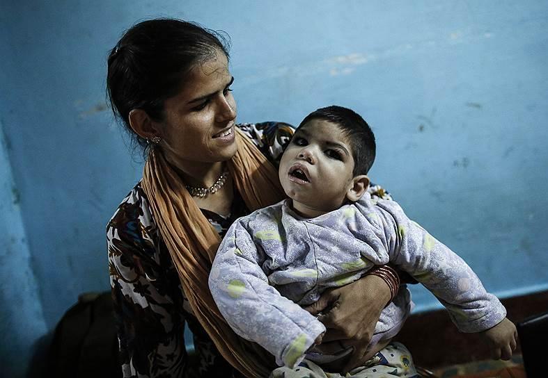 Группы правозащитников, курирующие ситуацию в Бхопале, говорят, что захороненные после катастрофы отходы отравляют воду в ближайшей реке, которая служит единственным источником пресной воды для 50 тыс. человек