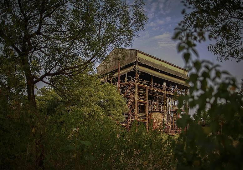 Американская компания Union Carbide Corporation (UCC), специализирующаяся на производстве сельскохозяйственных удобрений, открыла свой завод в Индии в 1970 году, когда местные власти стали проводить  политику по привлечению иностранных инвестиций в местную промышленность. К 1984 году ситуация на рынке была такова, что завод, не принесший достаточной прибыли, должны были продать, но покупателя так и не нашли. По этой причине работа на заводе продолжалась на оборудовании, не соответствующем требованиям норм безопасности