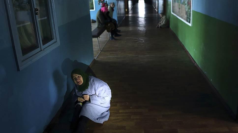 Психоневрологический интернат на окраине поселка Славяносербск неподалеку от Луганска выживает в условиях близкой войны и наступающих холодов. Половина персонала уехала, оставшиеся рассказывают, что директора интерната убило снарядом в Луганске; в здании перебои с электричеством и водой и почти не осталось лекарств